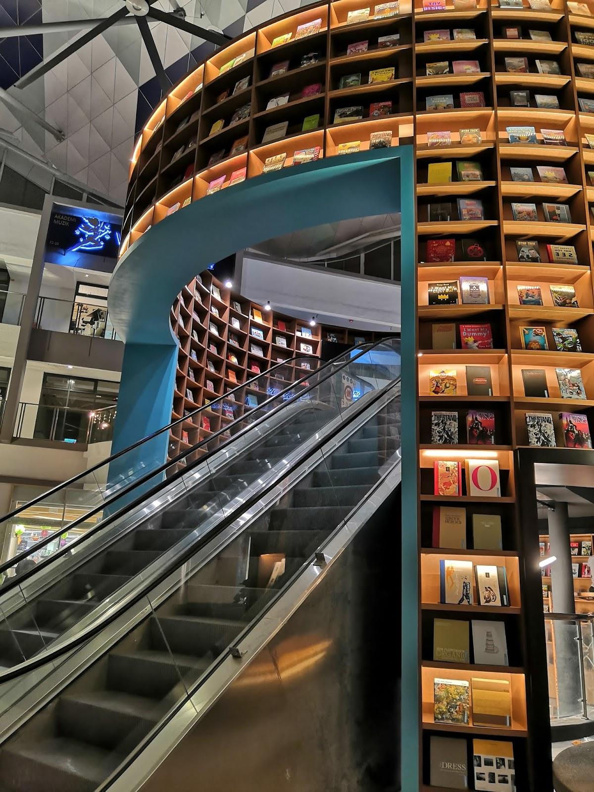Kedai Buku Pertama di Malaysia Yang Berkonsepkan Terowong Buku Dibuka di BookXcess Sunsuria Forum