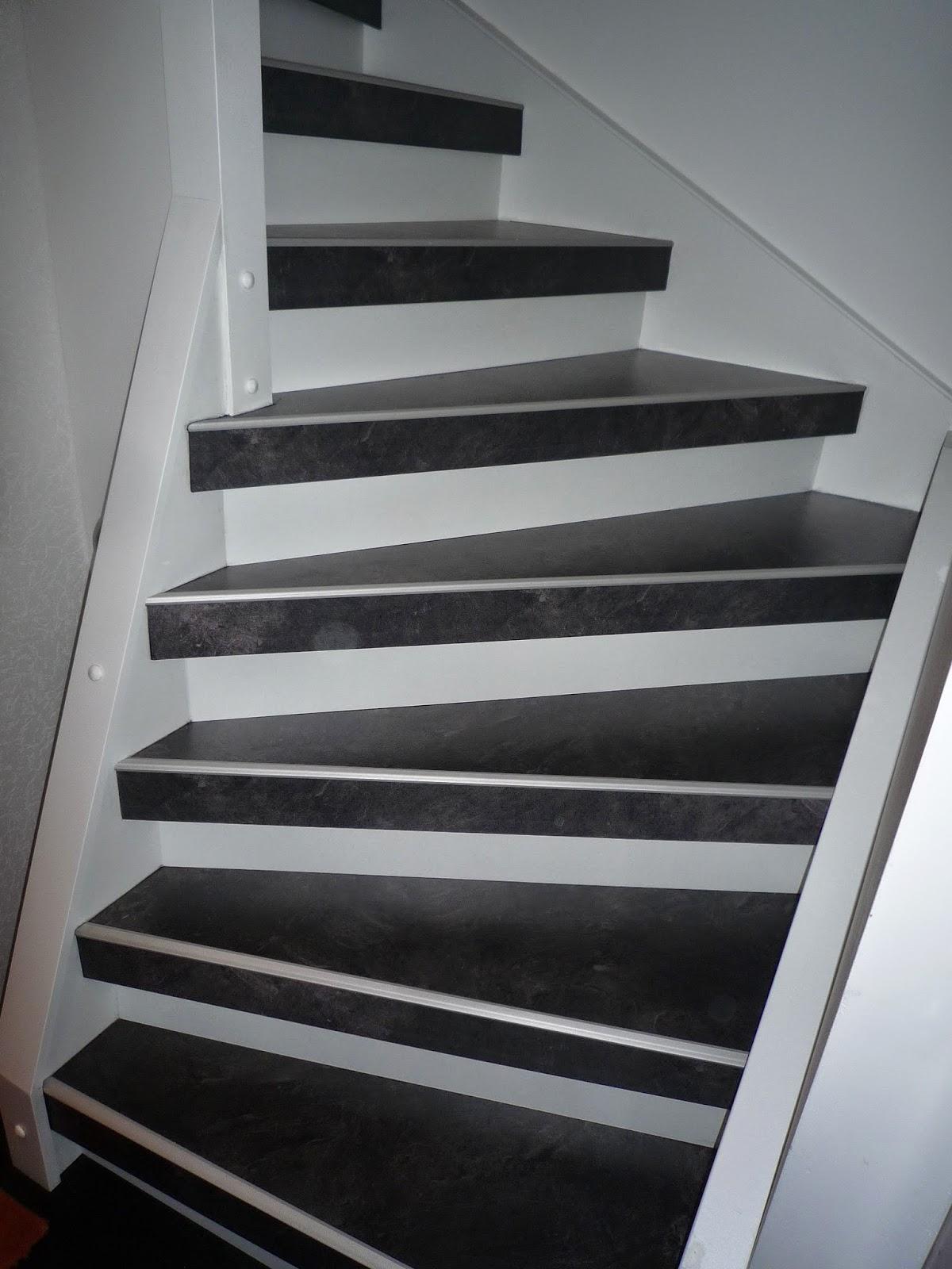 Treppenrenovierung in Dekor-Kombination Stufen Anthrazit - Setzstufen weiß