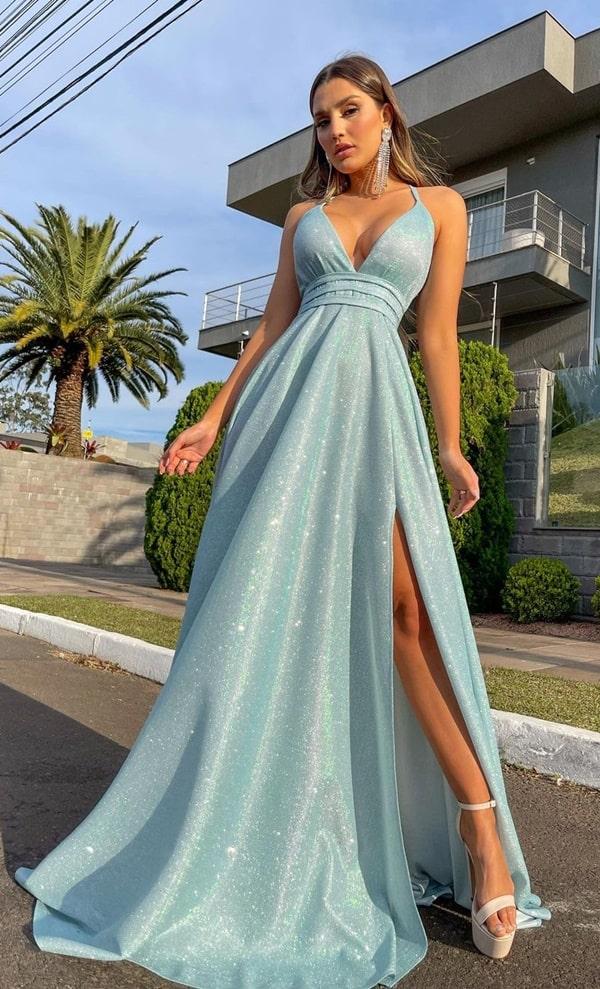 vestido longo azul serenity com brilho no tecido do vestido