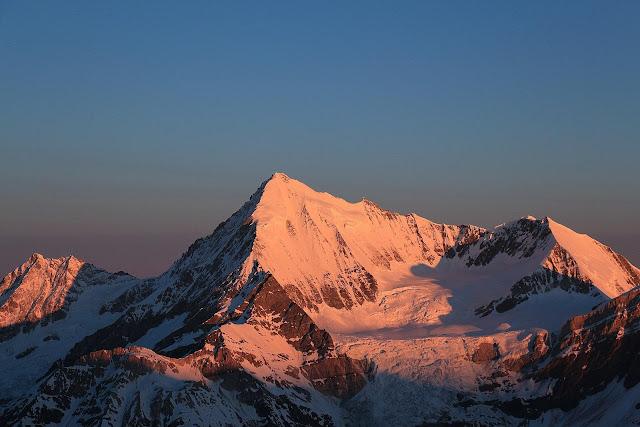 Weisshorn o wschodzie słońca