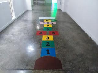 Foto del piso en el Museo Carlos Cruz Diez, tiene una rayuela, juego infantil