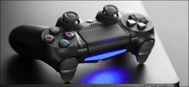 وحدة تحكم DualShock 4 على وحدة تحكم PlayStation 4
