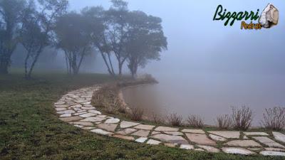 Construção de lagos em Campos do Jordão-SP com muros de pedra rústica, caminhos de pedra com pedra santo mé e a execução do paisagismo.