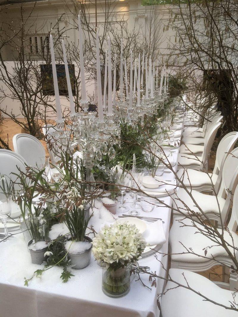 Mesa de banquetes con flores blancas de Galanthus (campanillas de invierno)