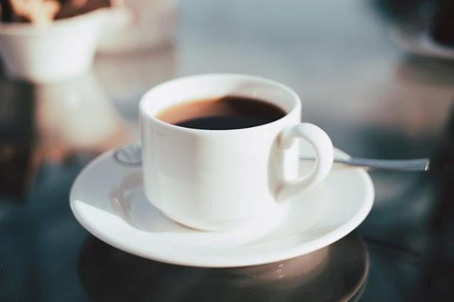 gambar kopi hitam di cangkir