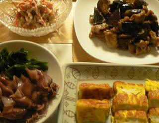 夕食の献立 豚バラとナス炒め 生ワカメとホタルイカ 他2