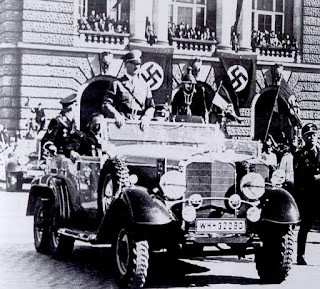 Adolf Hitler, dándose un baño de masas en un Mercedes Benz igual que el de Rosita Serrano.