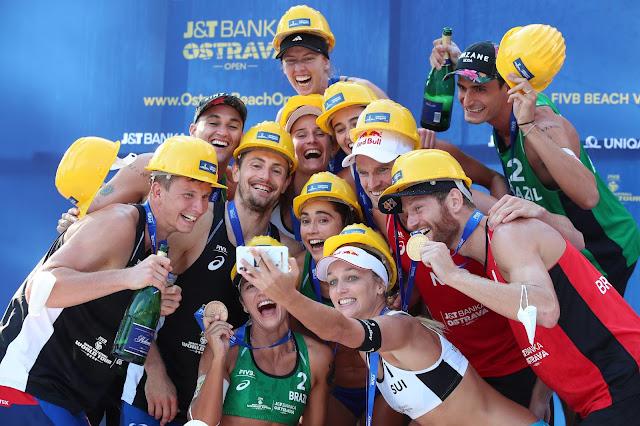 Medalhistas da etapa de Ostrava tiram selfie e festejam no pódio