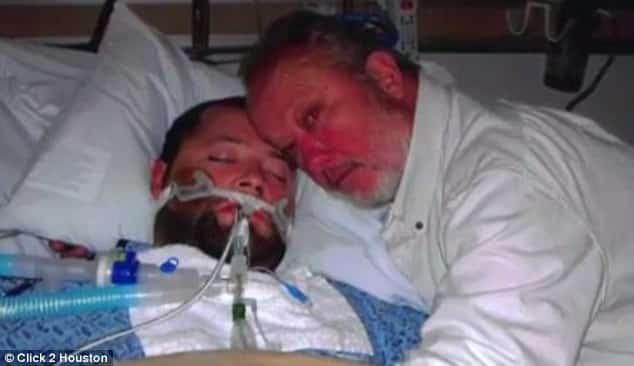 Отец не дал отключить сына от аппарата жизнеобеспечения, взяв его за руку