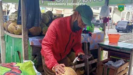 Rudi, penjual kelapa muda