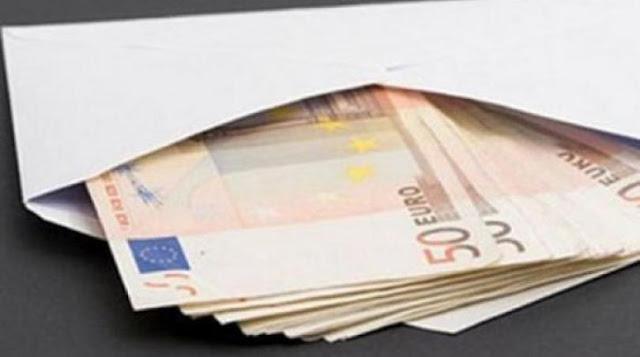 Θρίλερ: Άγνωστος πετά φακέλους γεμάτους χαρτονομίσματα κάτω από εξώπορτες σπιτιών