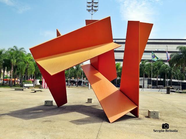 Close-up da Escultura Grande Flor Tropical - Memorial da América Latina