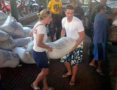 Philippines Stranded Tourists Help In Relief Efforts