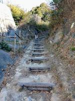 六国峠の登り口の丸太階段