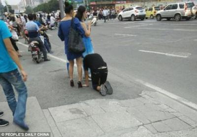 Γυναίκα έβγαλε βόλτα τον άνδρα της με... λουρί