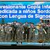 Una copla cantada por niños de Cádiz a niños sordos en lengua de signos. Todo un ejemplo.