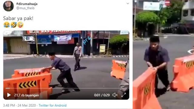 Pria Nekat Buka Pembatas Jalan, Polisi Hanya Diam dan Tepuk Tangan