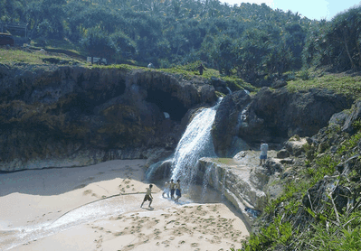 Mandi dibawah air Terjun Banyu Tibo