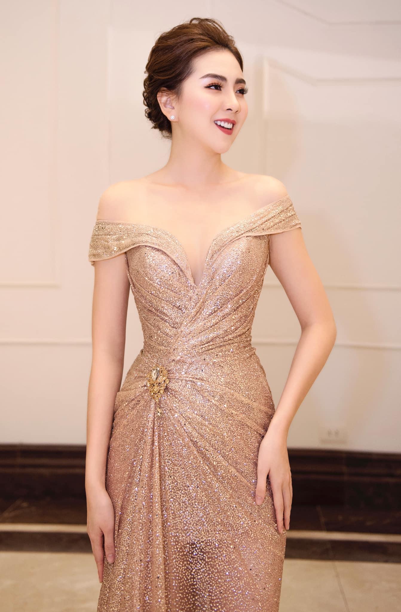 """Mai Ngọc sinh năm 1990, cô là một trong những hot girl đời đầu của Hà thành trước khi trở thành MC truyền hình. Cô được công chúng ưu ái với danh xưng """"Hoa Hậu nhà đài"""""""