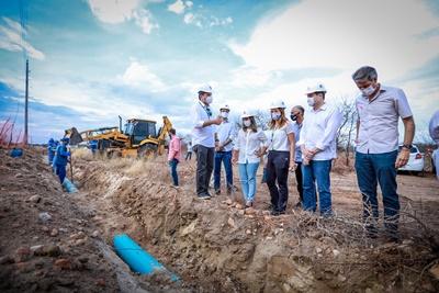 Paulo Câmara vistoria obras de abastecimento de água e esgotamento sanitário no Sertão de Pernambuco