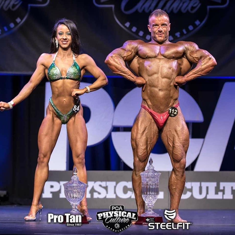 bodybuilders privés exposés (en posant des coffres)