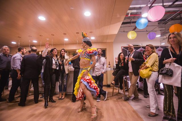 Atração personagem Carmen Miranda de Humor e Circo interagindo com convidados de evento corporativo no Rj.