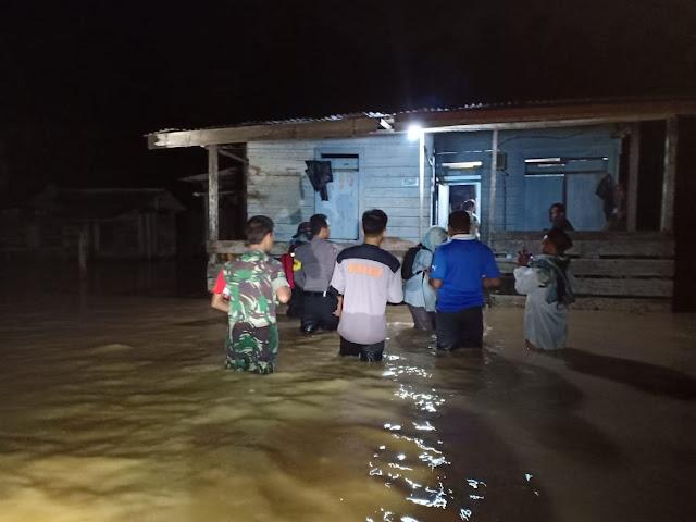 Tengah Malam, Babinsa Sepaku Dan Babinkantibmas Terjun Pantau Banjir