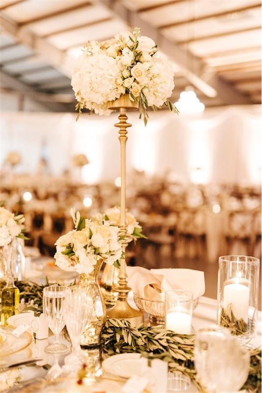 centro floral alto con base de laton boda inspiracion griega chicanddeco