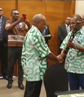 Fiji selaku tuan rumah memberikan cindera mata Melanesia kepada West Papua, yang diterima Ketua ULMWP, Benny Wenda tanggal 12 Februari 2020 di Suva.
