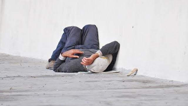 SURPREENDIDO: Morador de rua é atacado a golpes de facão enquanto dormia em calçada