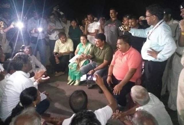 वनमंत्री उमंग सिंघार के काफिले के आगे आदिवासी रोड पर बैठ गए   umang singar kr kafile ke aage aadivasi rod par bethe