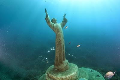 Resultado de imagen de bahía de San Fruttuoso se encuentra, a partir de los años 50, la famosa estatua de bronce del Cristo del Abismo.
