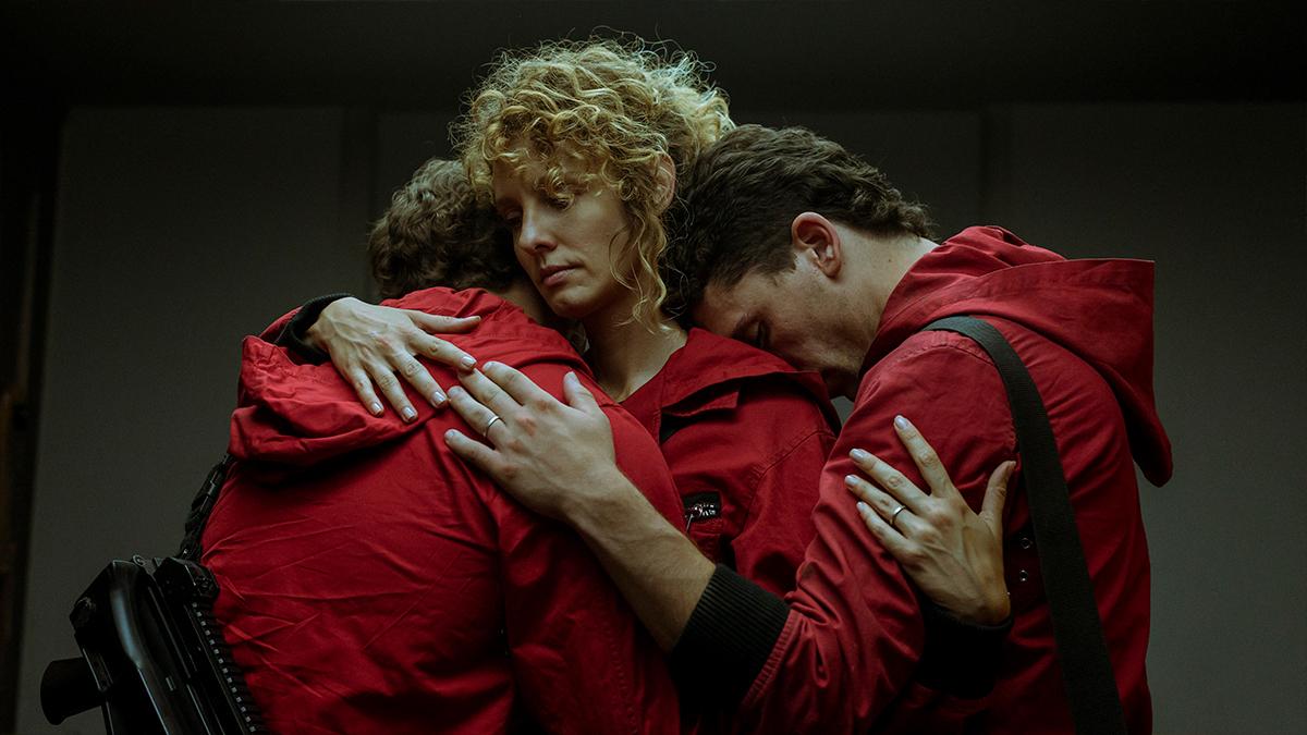 Estocolmo abrazándose con Rio y Denver en la cuarta temporada de La casa de papel