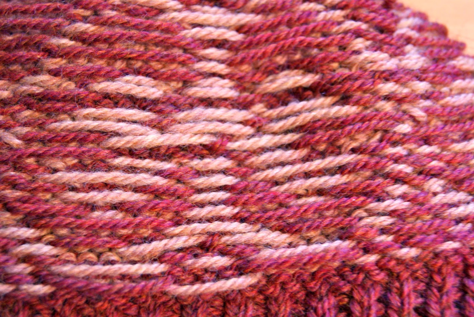 envers d'un tricot à plusieurs couleurs en jacquard