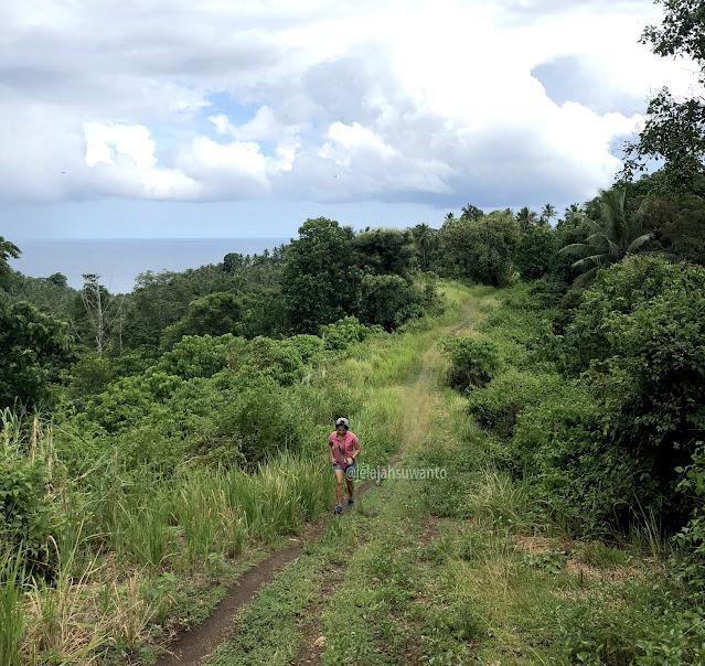 Mendaki sembarang bukit di pesisir Minahasa yang eksotis | © jelajahsuwanto