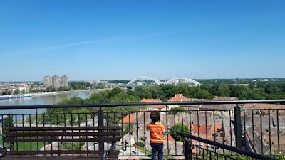 Novi Sadul ca o Delicatesă servită pe o terasă cu vedere la Dunăre