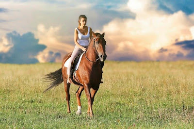 Gambar kuda yang sedang ditunggangi