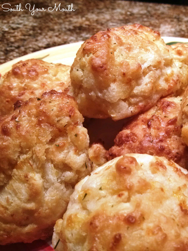 Cheddar Garlic Drop Biscuits | Super easy drop biscuits with garlic and cheddar cheese made with biscuit baking mix topped with garlic butter. Just like Red Lobster's Cheddar Bay Biscuits! #redlobster #cheddarbay #dropbiscuits #easy