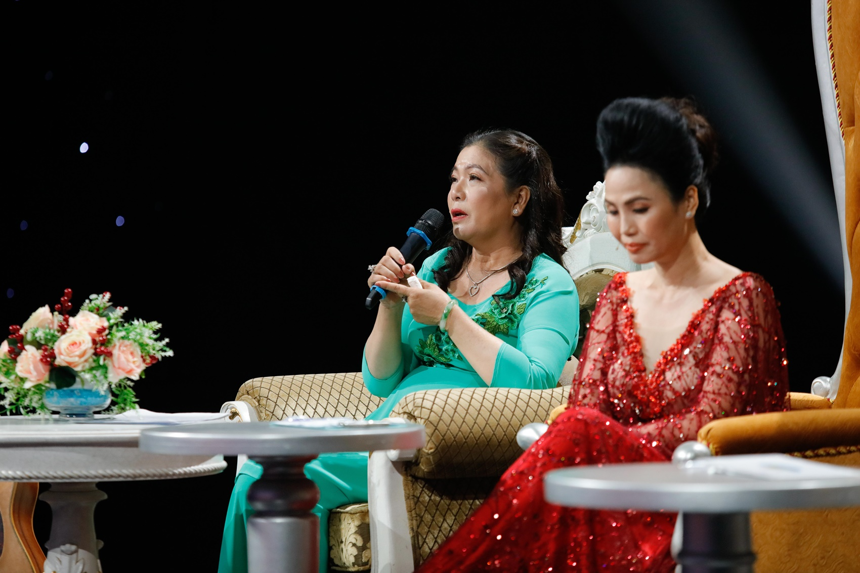 """Tái hiện hình ảnh """"chạy xe ôm nuôi chồng"""", Kiều Oanh khiến vợ nhạc sĩ """"Hoa sứ nhà nàng"""" bật khóc"""