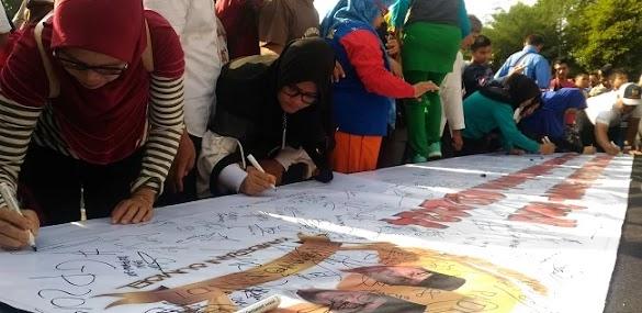 Keren! Mak-Mak Palembang Teken Spanduk Dukungan Prabowo-Sandiaga