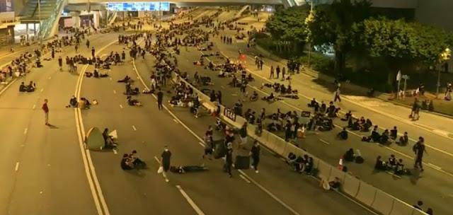 Người biểu tình Hong Kong nán lại các con phố để dọn sạch rác