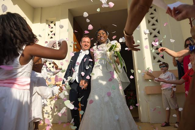 les confettis sont lancés sur les mariés en Guadeloupe