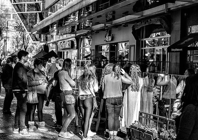 ByN.Grupo de jòvenes esperando para entrar a un restaurante en Recoleta,