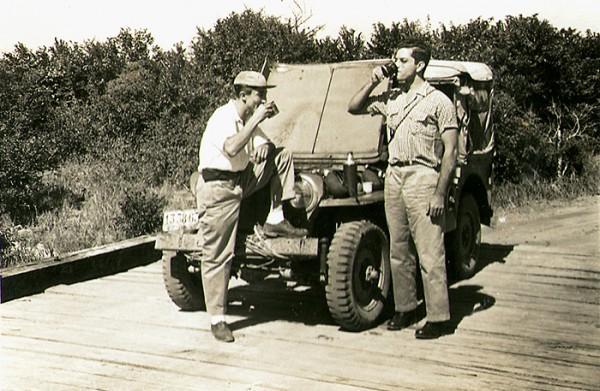 Em viagem sobre a ponte do rio Preto, próximo a Nova Almeida. Serra, ES, junho de 1950.