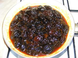 retete mancare de prune uscate si afumate la tigaie,