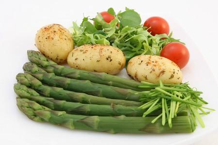 Espárragos, patatas, tomates
