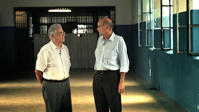 """Fernando Henrique Cardoso e Drauzio Varella em discussão no filme """"Quebrando o Tabu"""" - Divulgação"""