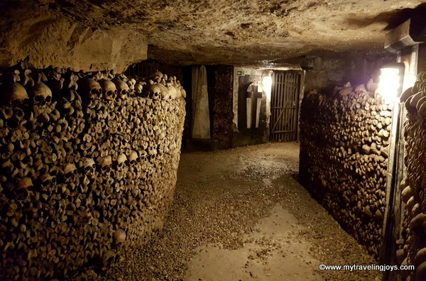 Tunnel view Catacombs of Paris