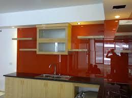 Phòng bếp ấn tượng hơn với kính màu ốp bếp