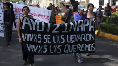 mujeres en protesta por la desapariciòn de normalistas en Ayotzinapa